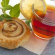 Cup of tea with cinnamon Danish bun — 图库照片