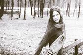 Mladá žena na plot — Stock fotografie