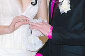 Puttting op een trouwring — Stockfoto