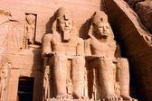 Marco das estátuas famoso ramsés ii em abu simbel, no egito — Foto Stock