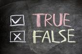 Pravda a Nepravda zaškrtávací políčka napsal na tabuli — Stock fotografie