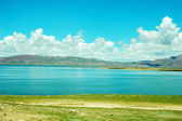 Пейзаж озера и небо — Стоковое фото