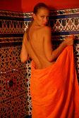 Frau im bad mit handtuch — Stockfoto