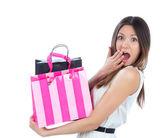 Mujer joven con bolsas de compras después de éxito shoppingand — Foto de Stock