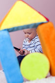 La alfombra, el niño juega con abandono. — Foto de Stock