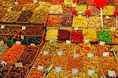 Fülle von nüssen, obst, süßen sachen bei barcelona-markt. — Stockfoto