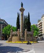 Monumento vertical en la ciudad de barcelona. españa, europa. — Foto de Stock