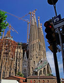 Pl. Sagrada Familia. Traffic light and church. Barcelona, Spain. — Stock Photo
