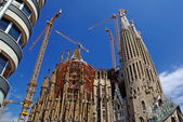 现代公寓和圣家族教堂。西班牙巴塞罗那. — 图库照片