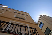 Foto di case giallo prospettiva estiva. lloret de mar, spagna. — Foto Stock