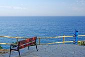 Banco vacía en la costa del mar Mediterráneo. — Foto de Stock