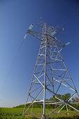 Wieża wysokiego napięcia w polu. — Zdjęcie stockowe