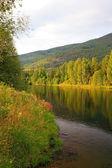 Lago in norvegia prima del tramonto in estate. — Foto Stock