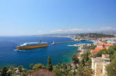 Summer view of the city of Nice and the harbor with crusie ship. — Stock Photo
