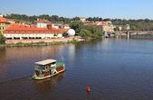 Piccola nave turistica sul fiume a Praga. — Foto Stock
