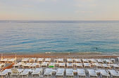 Dużo leżaków na plaży w nicei, francja. — Zdjęcie stockowe