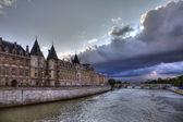 Conciergerie before rain in Paris, dramatic cloudscape. — Stock Photo