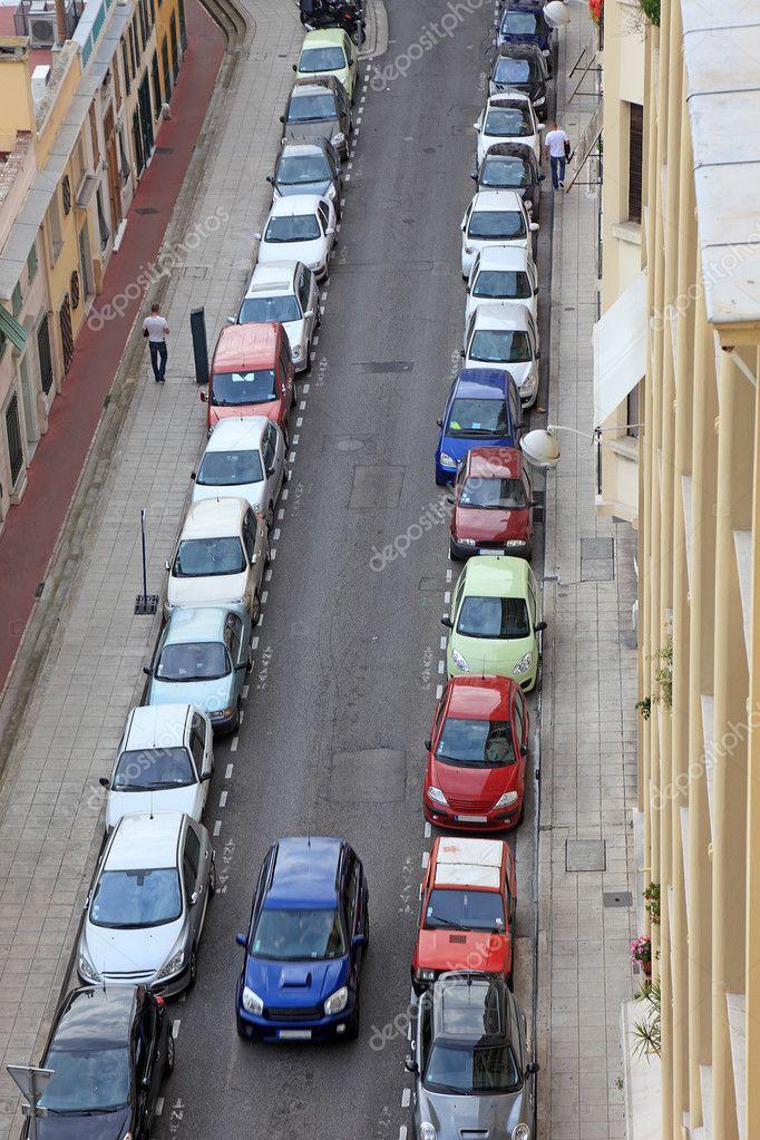 pequena rua da bela cidade com muitos carros de od estacionado fran a europ foto stock. Black Bedroom Furniture Sets. Home Design Ideas