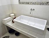 Waschbecken in einem modernen badezimmer — Stockfoto