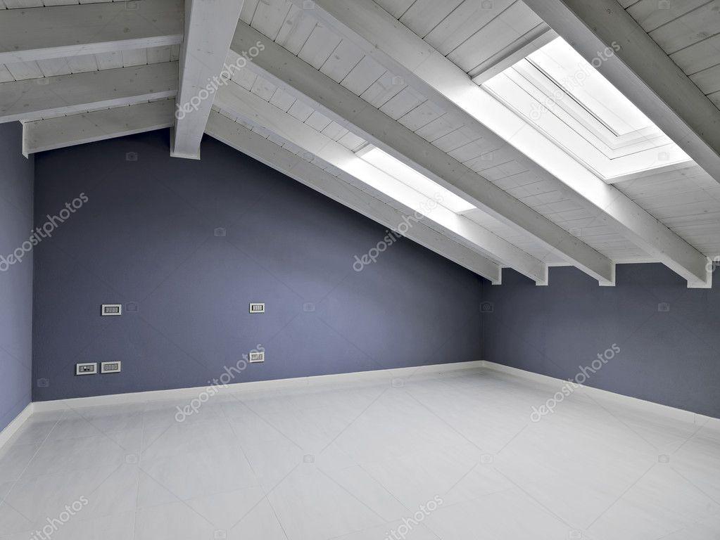 Pusty pokój na poddaszu z świetlika i drewniany sufit — Zdjęcie stockowe © aaphotograph #10406356