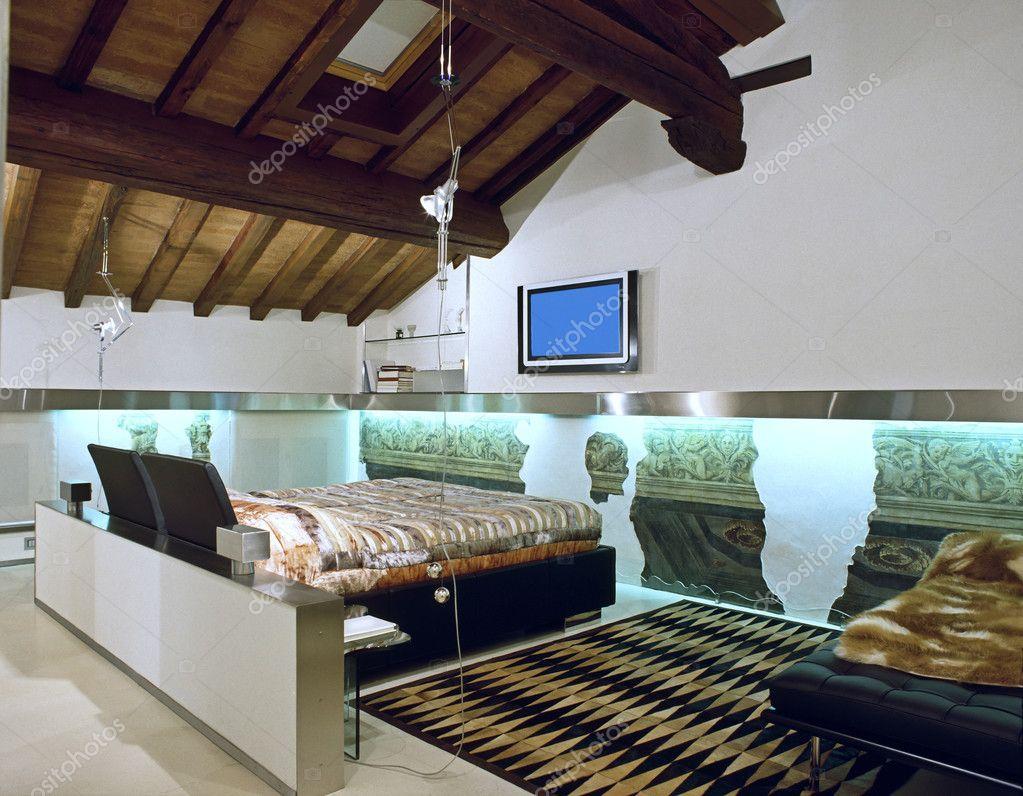 Moderna camera da letto in mansarda di te — Foto Stock © aaphotograph #9991689