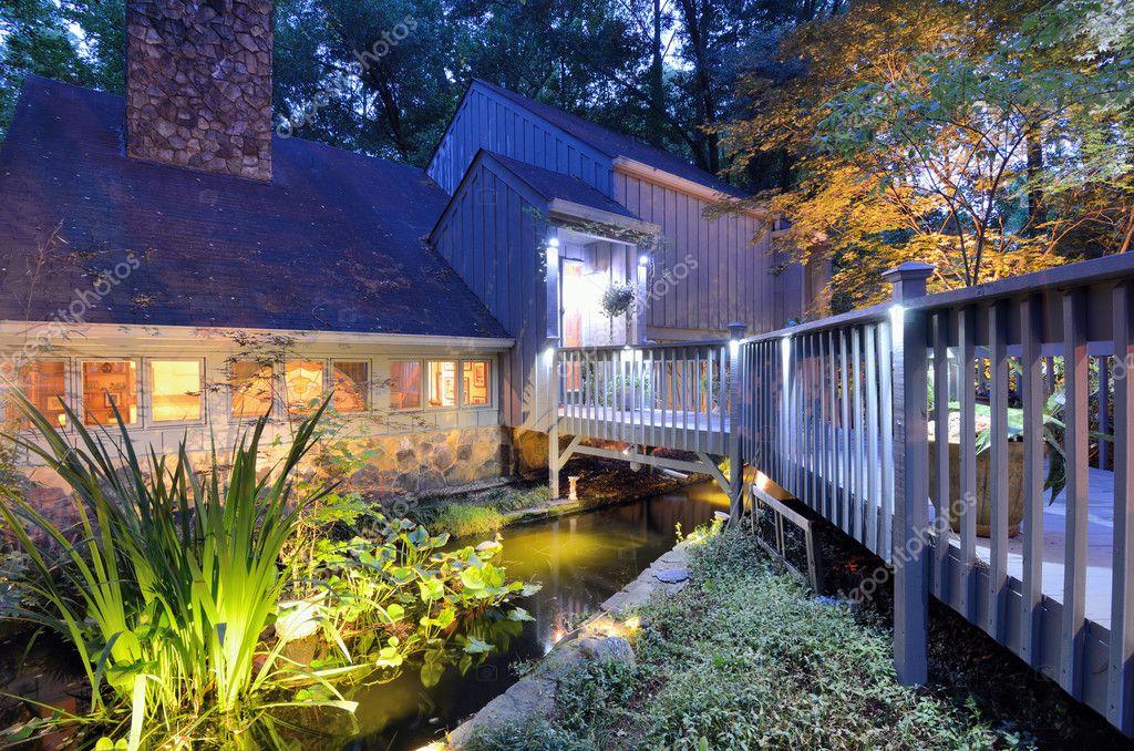 Ingresso casa con laghetto foto stock sepavone 10494063 for Laghetto per esterno