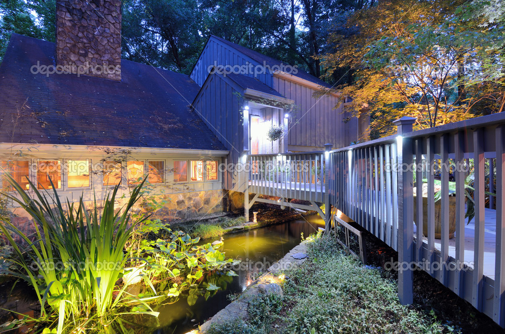 Ingresso casa con laghetto foto stock sepavone 10494063 for Piani di casa di tronchi con avvolgente portico