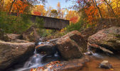 Creek under Covered Bridge — Stockfoto