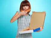 Krásná mladá žena jíst koláč pizzy — Stock fotografie