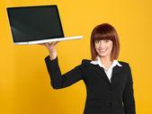 有吸引力的年轻女商人持有一台笔记本电脑 — 图库照片