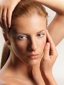 Beleza retrato jovem mulher tocando seu rosto — Foto Stock