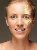 женщина с цветные порошки на лицо смеются — Стоковое фото