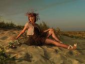 Vacker kvinna transparent klänning stranden beundra solnedgången — Stockfoto
