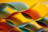 Ayna yenilgileri ile eğri, renkli yaprak kağıt — Stok fotoğraf