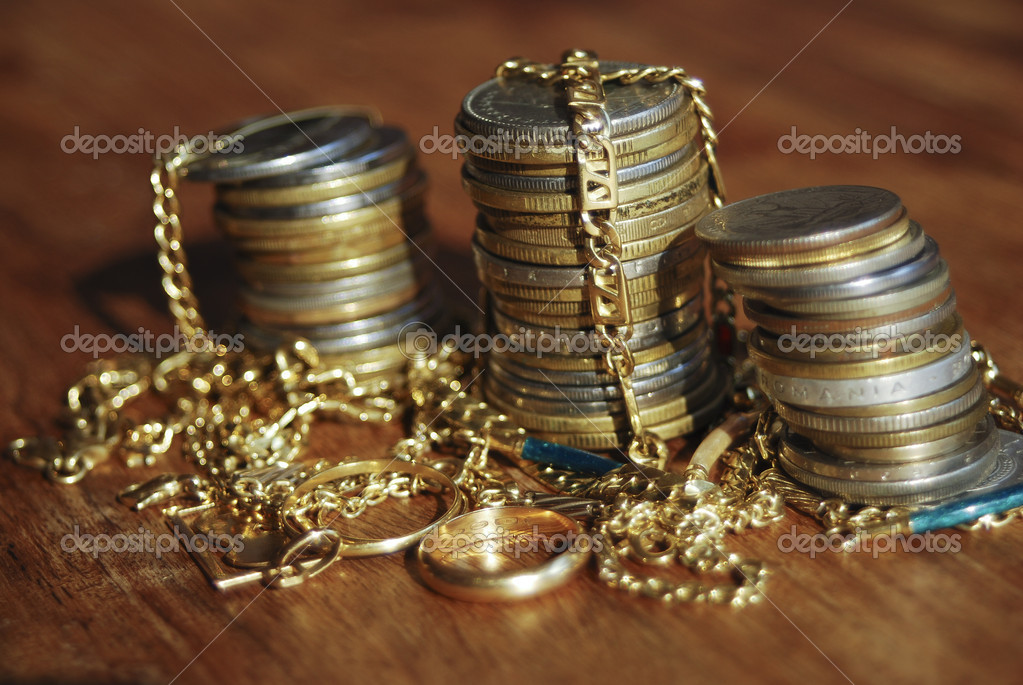 The wealth described through the symbol objects: gold and money — Stock Photo #9813374