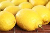 Masanın üzerinde bir kaç limon — Stok fotoğraf