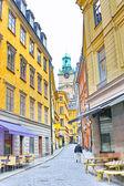 вдоль улицы старого города в стокгольме — Стоковое фото