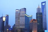 Paisaje urbano del lejano oriente cielo azul anochecer de shangai — Foto de Stock