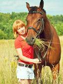 Jovem menina bonita com seu cavalo — Foto Stock
