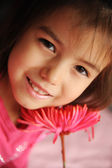 Een meisje met een bloem — Stockfoto