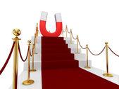 Roter teppich auf einer treppe und grossen magneten oben. — Stockfoto