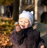 Słodkie dziecko grał przez liści — Zdjęcie stockowe