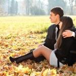 jeune couple amoureux hugging en plein air — Photo