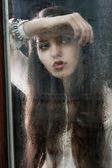A mulher pensar na janela, a cabeça dela está descansando no braço — Fotografia Stock