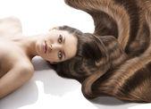 Piękna młoda dziewczynka fryzurę, patrzy obiektyw — Zdjęcie stockowe