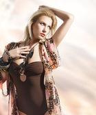 Ritratto di estate di ragazza bionda, lei guarda a sinistra con una ri — Foto Stock