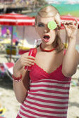 Fashion summer girl drinking, she covers her left eye with lolli — Stock Photo