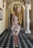 Elegant fashion girl with shopping bag — Stock Photo