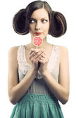 Vintage fille avec sucette, elle regarde à droite — Photo
