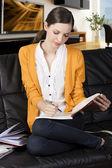 Dziewczyna czytając książkę z axpression wchłania — Zdjęcie stockowe